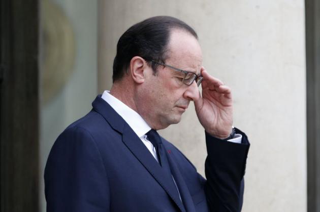Au terme d'une annus horribilis riche en déboires politiques et personnels, 2015 sera l'année des risques électoraux mais aussi des chances de sursaut pour François Hollande, dans l'attente de résultats économiques tangibles toujours absents à mi-mandat. /Photo prise le 18 décembre 2014/REUTERS/Charles Platiau