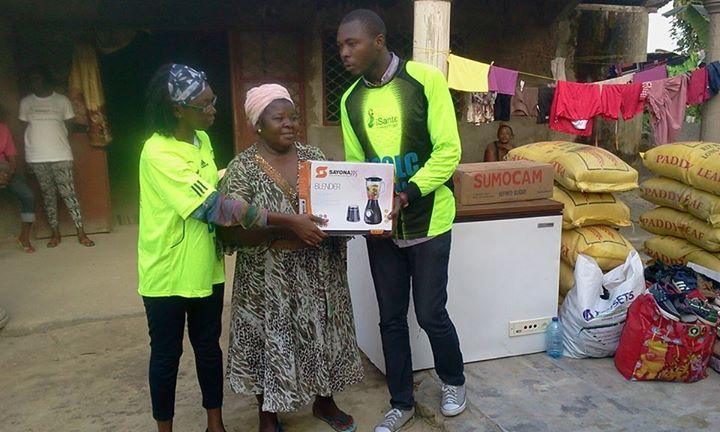 Les membres du forum (Josée et Yannik) remettant les dons à la fondatrice du CAJEN