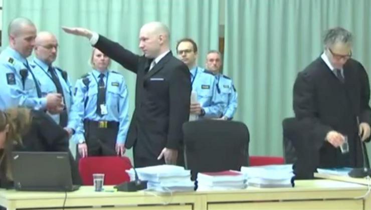 Breivik fait le salut nazi à l'ouverture de son procès le 15 mars 2016