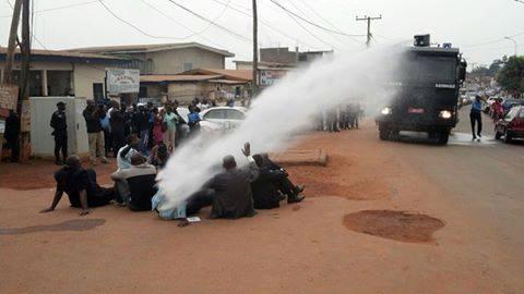 Lors d'un rendez-vous avec la presse et qui a été interdit, les leaders de certains partis politiques ont été aspergé d'eau du véhicule anti-émeute de la policie