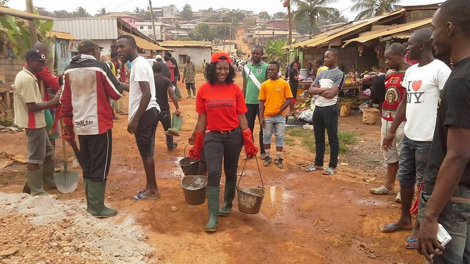 Les travaux lors de la construction du pont par les bénévoles de Generation Change à Yaoundé