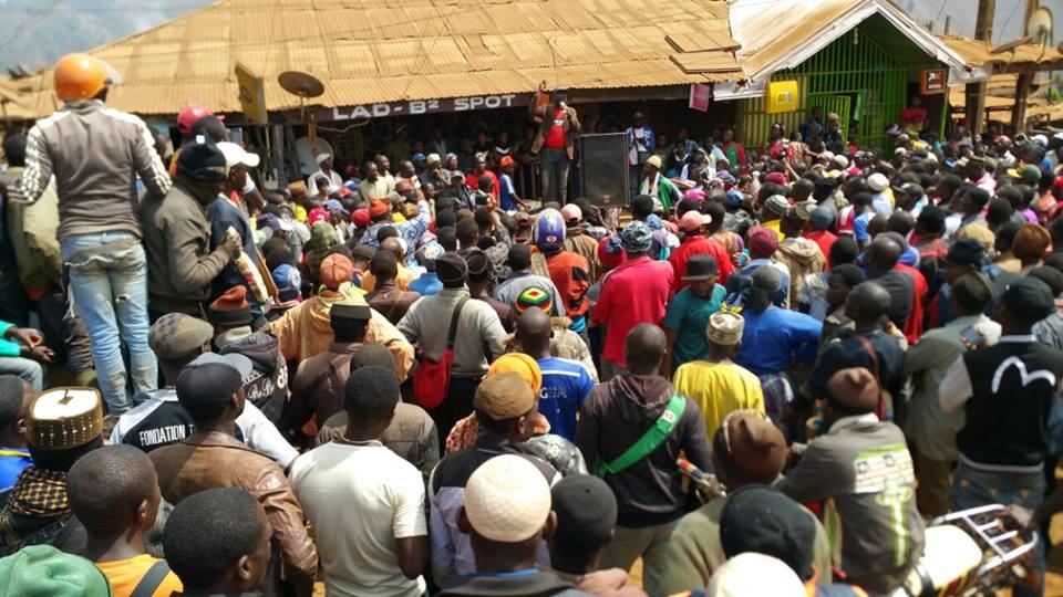 L'honorable Wirba, député du SDF en meeting au marché de Bamenda. Fédéralisme comme solution.