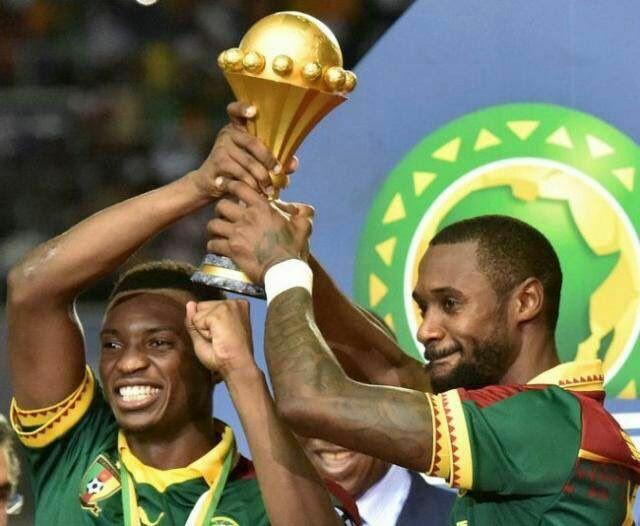 Les deux capitaines des Lions brandissent le trophée